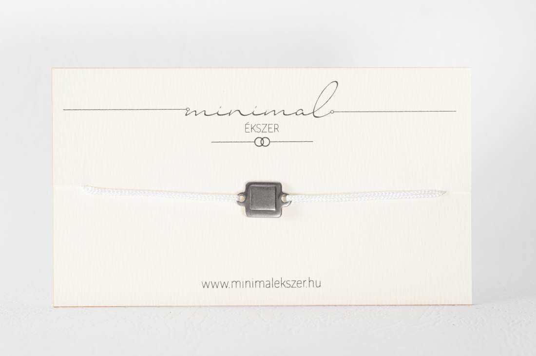 Mini tömör négyzet medálos zsinór karkötő